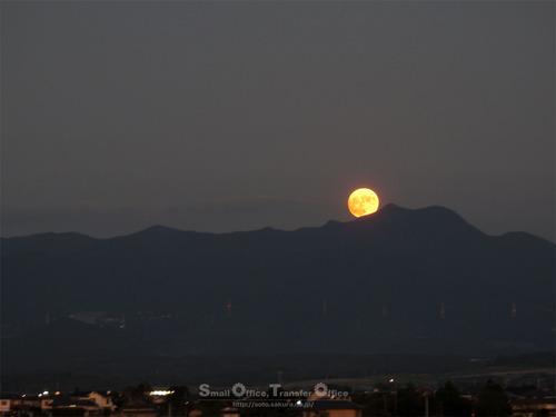 2020/10/01満月と鞍岳