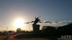 夕陽と銅像