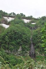雪解け水の滝