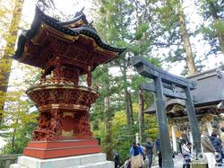 三峯神社(八棟灯籠と青銅鳥居)