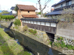小川沿いの家