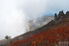 秋の黒岳登山(まねき岩と虹)