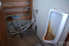 石室のトイレ(2)