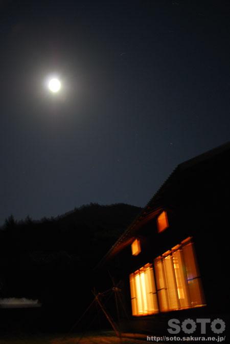 満月と山小屋