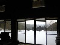山小屋の窓から